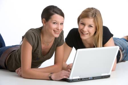 Junge Frauen am Laptop in Resse