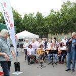 Bezirksbürgermeister Heidl begrüßt die Besucher. Im Hintergrund die ZWAR-Gruppe. Bilder: Petra Kerner